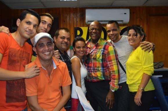 """Al despedirse, Ventura, quiso una foto con el colectivo de """"El exitazo"""". Foto: Marianela Dufflar/ Cubadebate"""