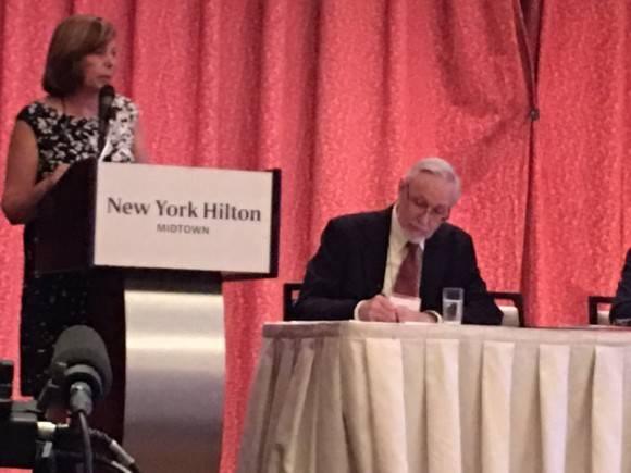 Josefina Videl habla en el Congreso de LASA, donde recibió un reconocimiento. Foto: Cuenta de Twitter de Arnold August.