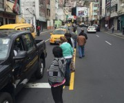 Las personas salieron a las calles en Ambato luego de sentir el sismo de 6.8 grados en la escala de Richter a las 11  46 de este miércoles 18 de mayo del 2016. Foto Glenda Giacometti/ El Comercio.