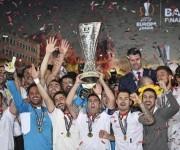 Los jugadores del Sevilla celebran la consecución del título. Foto: Martín Meissner/ AP.