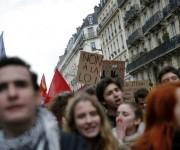 Las calles se abarrotan de protestas contra la reforma laboral en Francia. Foto: AP.