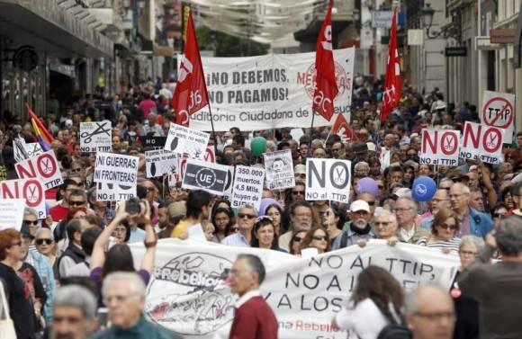 """Los participantes han visibilizado su indignación exigiendo que """"se le devuelva la democracia usurpada por Europa"""" a los ciudadanos de los """"países sometidos"""". Marcha en Madrid, 28 de mayo de 2016. Foto: EFE"""