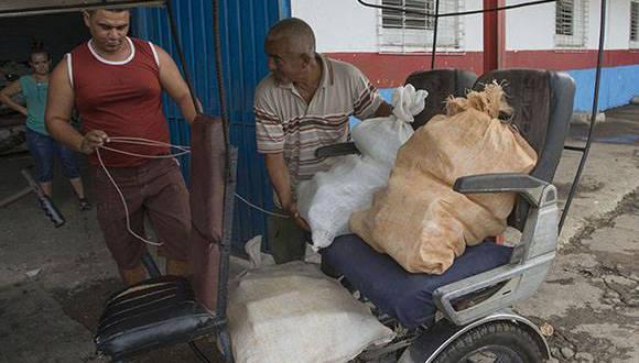 Momento en que un cuentapropista entrega materias primas a la Cooperativa. Foto: Ismael Franciso / Cubadebate