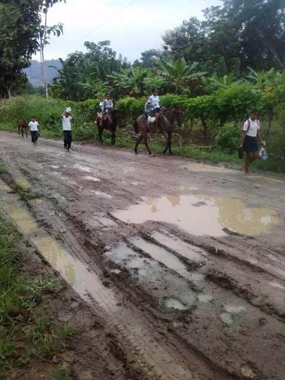 Los niños ecuatorianos regresan a la escuela a un mes del devastador terremoto. Foto: Dr. Enmanuel Vigil