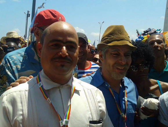 """Facundo y Pánfilo desfilan por 23 para decir """"no"""" a la homofobia. Foto tomada del perfil de Facebook de Yunel Labacena."""