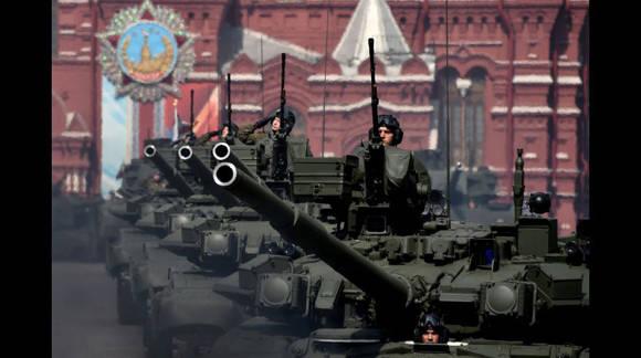 Tanques T-90A durante el ensayo del desfile. Foto: AFP