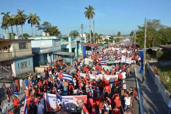 Multitudinario desfile por el Primero de Mayo, en la Calzada General Betancourt colmada de trabajadores y su familia, en Matanzas, Cuba, el 1 de mayo de 2016.   Foto. Bárbara Vasallo Vasallo / ACN