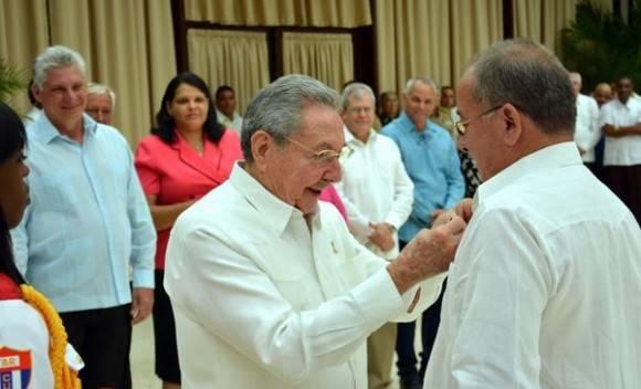Condecoró Raúl Castro a Héroes del Trabajo de la República de Cuba