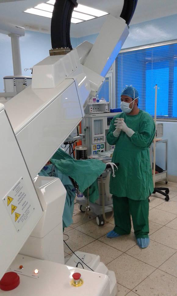 la radioterapia intraoperatoria, la cual consiste en la administración en una sola sesión de altas dosis de radioterapia con electrones de forma directa sobre el lecho tumoral durante la cirugía mediante la utilización de Aceleradores Lineales de Partículas Móviles (LINAC).