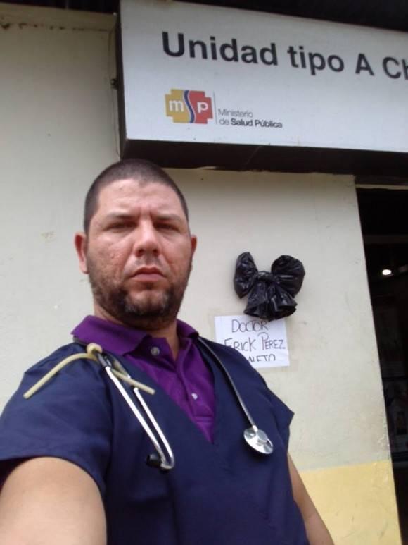 Recordando a doctor cubano fallecido durante el terremoto en Ecuador. Personal de salud cubano atiende pacientes ecuatorianos tras el terremoto.  Foto: Dr. Enmanuel Vigil