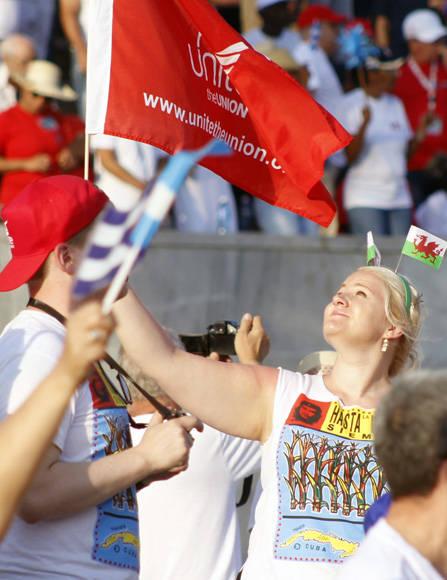 Representantes de 69 paises participaron en el desfile. En la imagen una joven de Gales ondea con orgullo una bandera sindical. Foto: José Raúl Concepción/ Cubadebate.