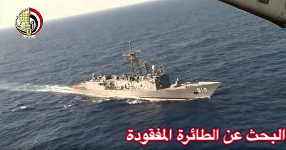 Imagen difundida por el Ministerio de Defensa de Egipto. Un avión sobrevuela un barco durante la operación de búsqueda de los restos del avión. Foto: AP