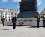 Rinde tributo Primer Vicepdte cubano. a los Héroes de la Gran Guerra Patria en Monumento de la Victoria, Minsk. Foto: Cuenta en Twitter de Rogelio Sierra, VM MINREX