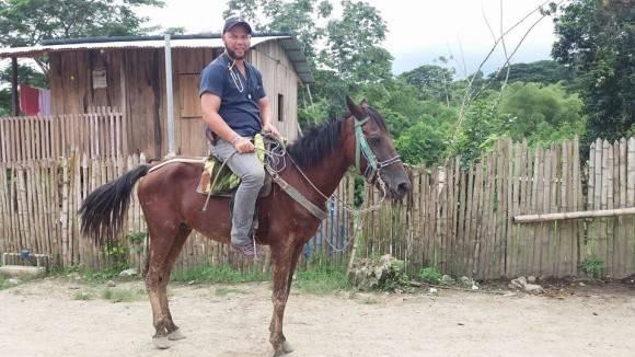 Saliendo a caballo a atender pacientes. Foto: Dr. Enmanuel Vigil