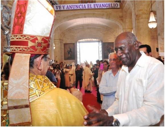 El vicepresidente Salvador Valdés Mesa saluda al nuevo Arzobispo de La Habana.