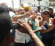 Facundo (Andy Vázquez) en broma intenta organizar el desfile.  Foto tomada del perfil de Facebook de Yunel Labacena.