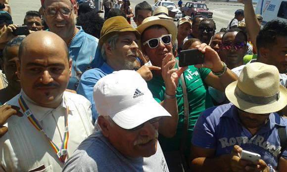 Los participantes en el desfile se detuvieron para fotografiarse junto a los actores. Foto tomada del perfil de Facebook de Yunel Labacena.