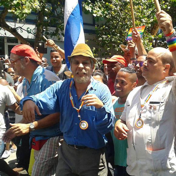 """Los personajes de """"Vivir del Cuento"""" desfilan en 23 contra la homofobia. Foto tomada del perfil de Facebook de Yunel Labacena."""