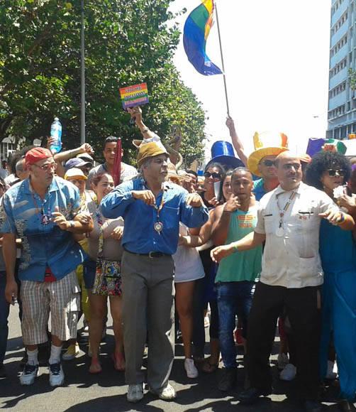 Personajes de Vivir del Cuento en desfile contra la homofobia. Foto tomada del perfil de Facebook de Yunel Labacena.