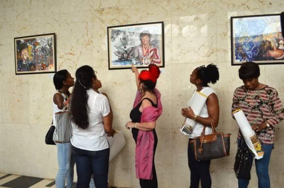 Zaida conversa sobre las pinturas con las estrellas del deporte.  Foto: Marianela Dufflar / Cubadebate