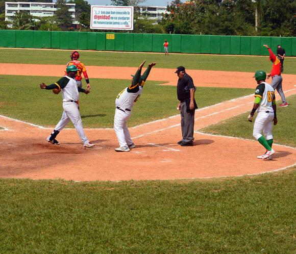 Un jonrón en cinco tiempos. Foto: Katheryn Felipe/Cubadebate.