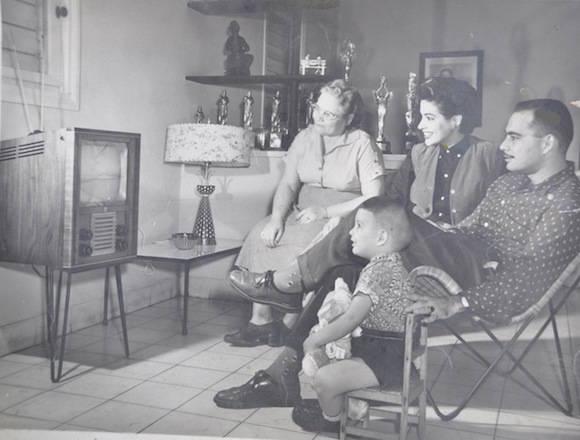En la foto aparece mi abuela Delfina, mis padres y yo en un anuncio publicitario de los Televisores marca Admiral.