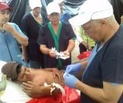 Personal de salud cubano atiende pacientes ecuatorianos tras el terremoto.  Foto: Dr. Enmanuel Vigil
