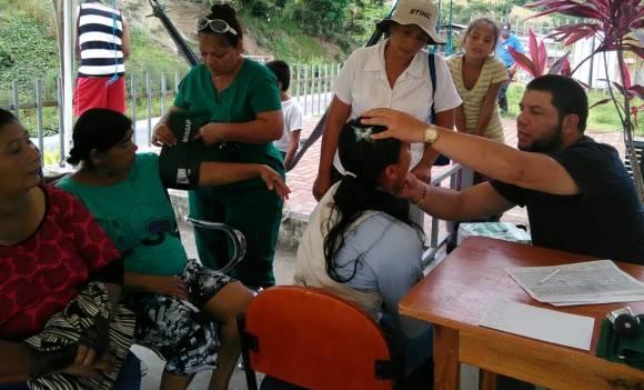 Atendiendo pacientes. Foto: Dr. Enmanuel Vigil