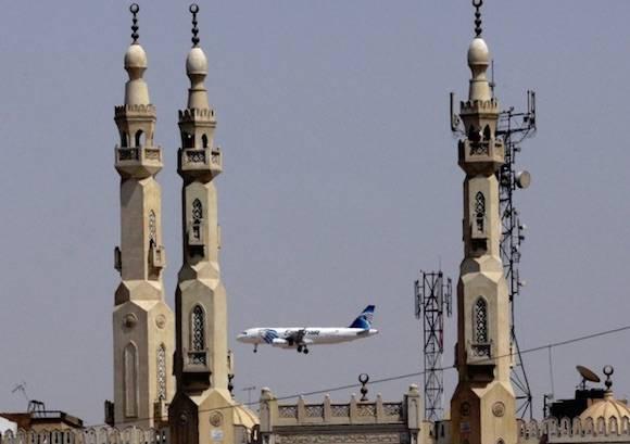Un avión de Egypt Air vuela cerca de una mezquita en la medida en que se acerca al aeropuerto internacional de El Cairo. Foto: AP