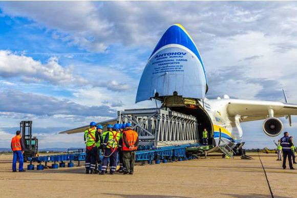La carga entra y sale por la nariz del avión. Foto: Shutterstock.