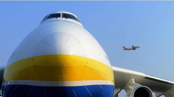El tráfico causado por la gente que quería ver al An-225 cerró varias calles en Perth. Foto. Getty.