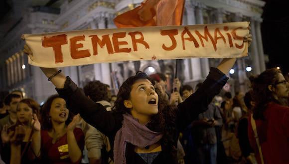 Una manifestante en Brasil. Foto: Silvia Izquierdo/ AP