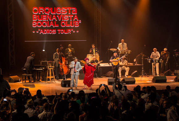 Omara Portuondo , la Diva de Buena Vista Social Club, en la culminación de su Adios Tour, en el teatro Karl Marx, en La Habana, el 14 de mayo de 2016. Foto: ACN/ Marcelino Vázquez Hernández.