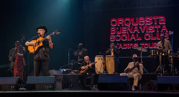 Eliades Ochoa canta en concierto de la orquesta Buena Vista Social Club. Foto: ACN/ Marcelino Vázquez Hernández.