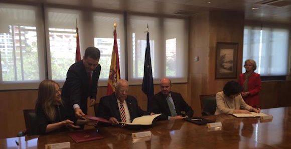 Momento de la firma del acuerdo entre Cuba y España. Foto: Eugenio Martínez (Embajador de Cuba en Madrid)/ Facebook