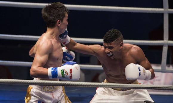 52 kg Yosbany Veitía derrota al Uzbeko Abrorjon Kodirov. Foto: Ismael Francisco/Cubadebate.