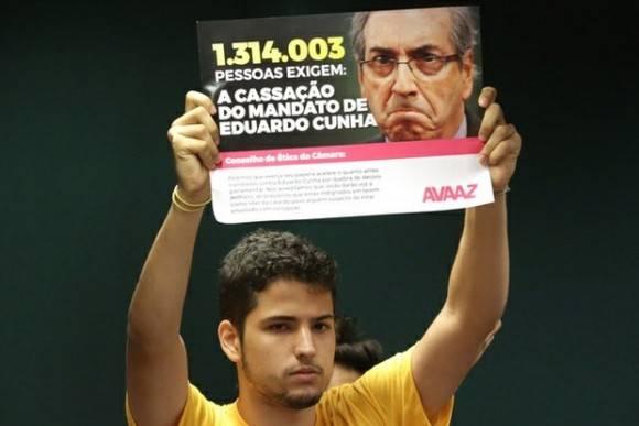 """Un manifestante enarbola un letrero en el que se lee """"un millón 314 mil 3 personas necesitan la anulación del mandato de Eduardo Cunha"""". Foto: Ap"""