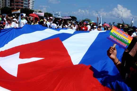 Activistas y miembros del movimiento cubano LGBT, marchan en defensa de los derechos por la libre y plena orientación sexual, como parte de las actividades que se desarrollan en la 9na Jornada Cubana contra la Homofobia y la Transfobia, en La Habana, el 14 de mayo de 2016. Foto: ACN/ Omara García.