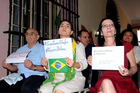 Kenia Serrano Puig (C), Presidenta del Instituto Cubano de Amistad con los Pueblos (ICAP), durante el acto en respaldo a la Presidenta Dilma Rousseff y contra el golpe de estado en Brasil, en la sede del ICAP, en La Habana, Cuba, el 13 de mayo de 2016. Foto: ACN FOTO/Omara García.