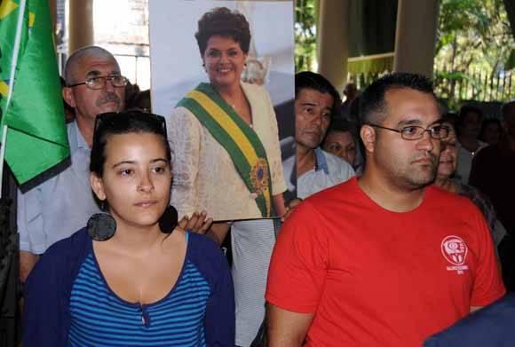 Asistentes al acto en respaldo a la Presidenta Dilma Rousseff y contra el golpe de estado en Brasil.  ACN/ Omara García.