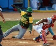 El receptor Osvaldo Vázquez trata de poner out en el home plate a Donal Duarte en el sexto juego de la final de la LV Serie Nacional de Béisbol. Foto: Marcelino Vázquez (Agencia Cubana de Noticias).