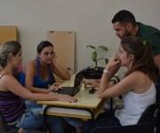 Elián González con sus compañeros de aula que trabajan en los toques finales de la tesis para graduarse como Ingenieros Industriales en la Universidad de Matanzas, Cuba, el 12 de mayo de 2016. FOTO: Bárbara VASALLO VASALLO / ACN