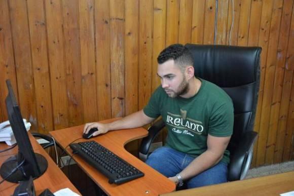 Elián González consulta información para su trabajo de diploma sobre Planeación Estratégica para una empresa informática que se proyecta en territorio matancero, Cuba, el 12 de mayo de 2016.  ACN FOTO/Bárbara VASALLO VASALLO/ogm