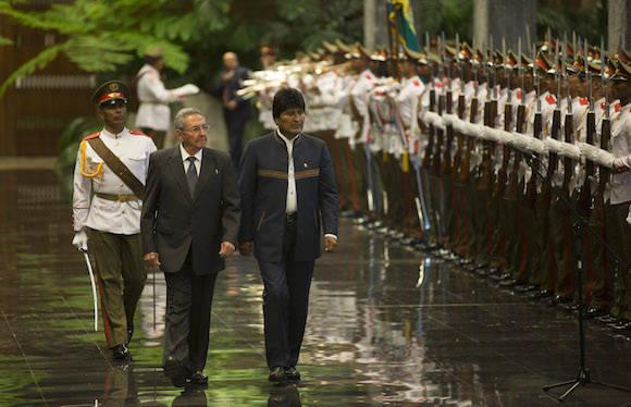Raúl Castro recibe en el Palacio de la Revolución a Evo Morales Ayma. Foto: Ismael Francisco