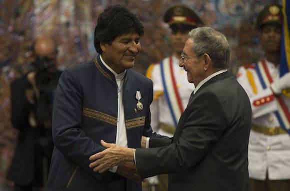 Raúl Castro recibe en el Palacio de la Revolución a Evo Morales Ayma, durante su anterior visita a Cuba. Foto: Ismael Francisco/ Cubadebate/ Archivo.