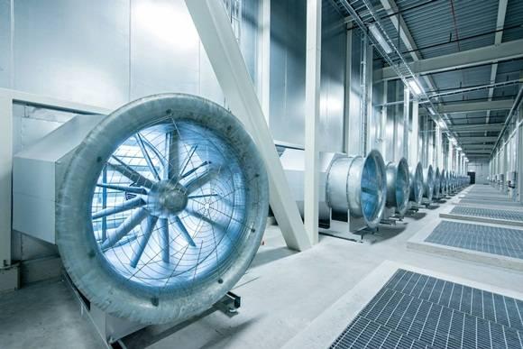 El aire frío de la zona se bombea a la instalación.