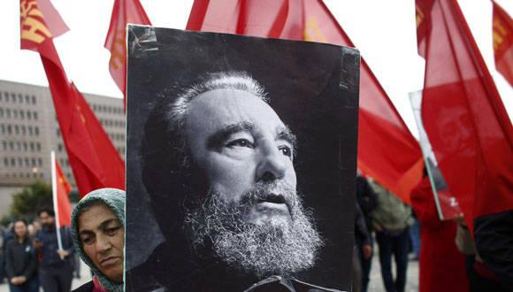 Mujer lleva foto de Fidel Castro durante una de las marchas por el Primero de Mayo en Turquía. Foto: Twitter TelesurTV.