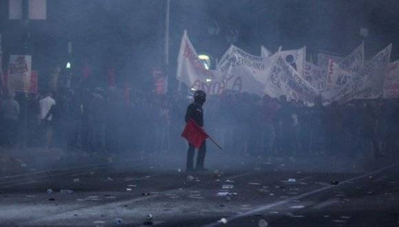 Policia griega se enfrenta con gases a manifestantes antiausteridad. Foto: Agencias.