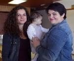La pequeña Enma, en brazos de su madre y junto a su tía y donante. Foto: Madero Cubero.