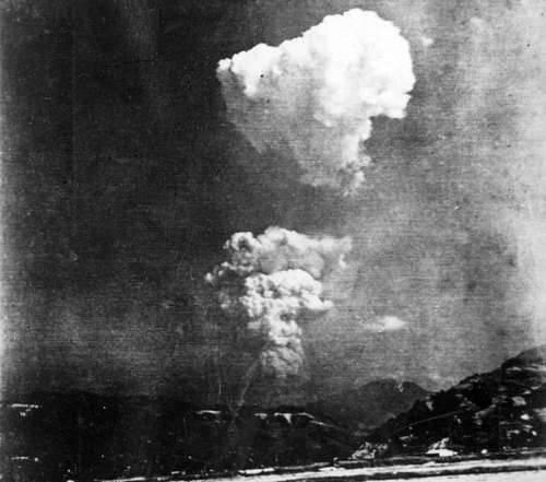 Imagen provista por la Escuela Primaria Honkawa, donde fue encontrada, muestra cómo se dividió la nube de hongo tras la caída de la bomba atómica en Hiroshima. Se cree que fue tomada unas horas después del bombardeo, el 6 de agosto de 1945, a unos 10 kilómetros del estallido. Foto: Afp/ Escuela Primaria Honkawa